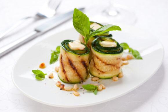 Roll di zucchine con formaggio fresco e basilico