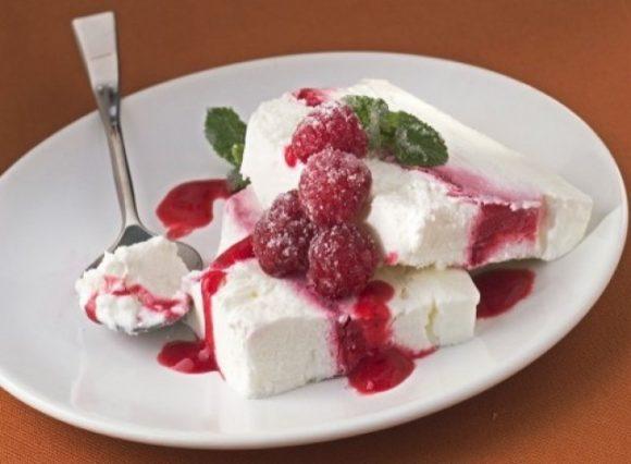 Semifreddo allo yogurt con lamponi