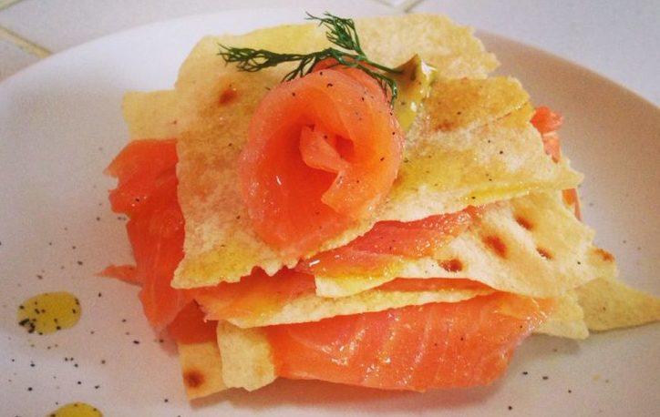 millefoglie pane carasau con salmone e brie