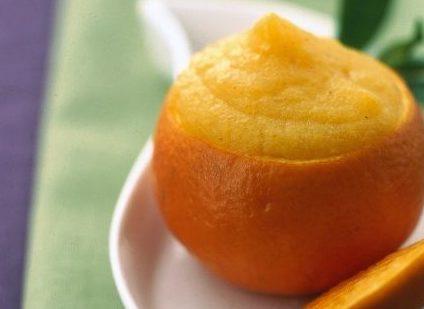 Sorbetto alle pesche servito in una noce di arancia.