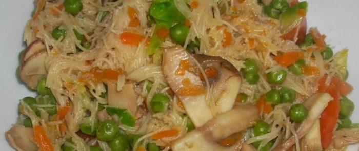 spaghetti di riso con verdure dell'orto