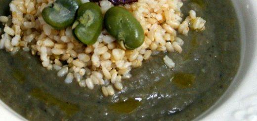 riso integrale con vellutata verde e chips di patate viola